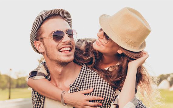 Mengenakan Baju Couple, Cara Menunjukkan Kemesraan