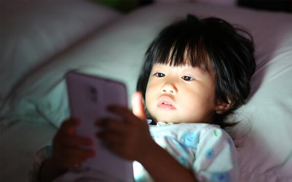 3 Hal Wajib Hindari Main Smartphone di Atas Kasur!