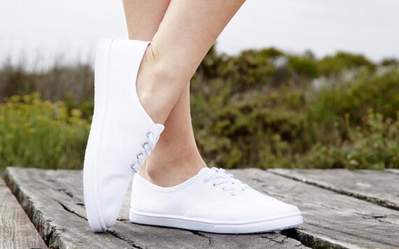5 White Sneakers Ini Dijamin Sukses Membuatmu Semakin Keren!