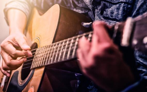 Gitaris? 6 Merk Gitar Terbaik yang Harus Kamu Tahu